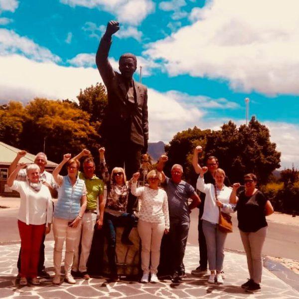 Toeristen bij standbeeld Nelson Mandela