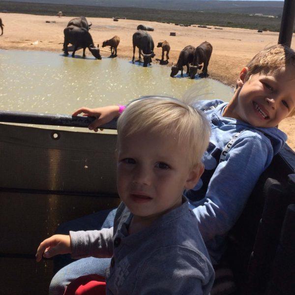 2 kinderen op safari