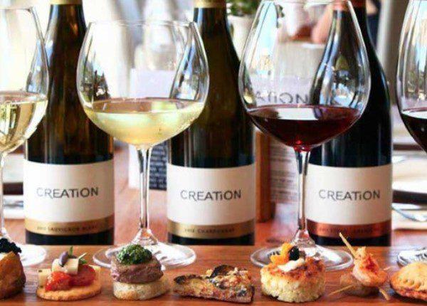 Glazen met rode en witte wijn uit Zuid-Afrika